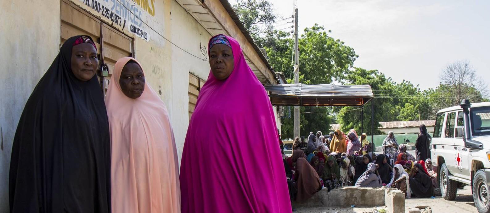 Em Maiduguri, capital do estado de Borno, viúvas costuram tradicionais chapéus para venderem, em busca de dinheiro para comprar comida e água Foto: Jesus Serrano Redondo/ICRC
