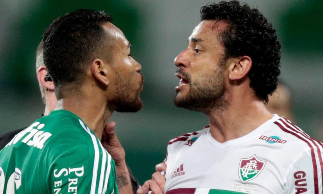 Fred e Jackson se estranham. O jogo começou nervoso e frenético Pedro Kirilos / Agência O Globo