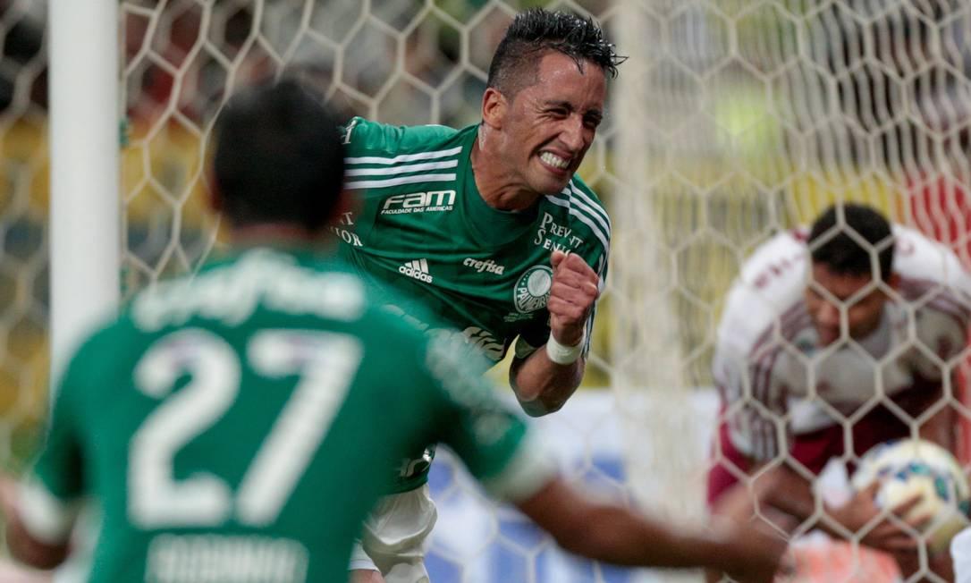 Lucas Barrios comemora o segundo gol do palmeiras após rebote na defesa de Cavalieri no penalti batido por Zé Roberto Pedro Kirilos / Agência O Globo