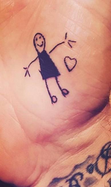 Reconhece a palma dessa mão? É de David Beckham, que exibiu em seu Instagram sua mais nova tatuagem, projetada por Harper, sua filha de apenas 4 anos Reprodução/ Instagram