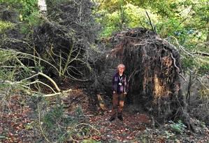 O pesquisador David Jacques no local onde foi encontrada a estrutura Foto: Divulgação/Universidade de Buckingham
