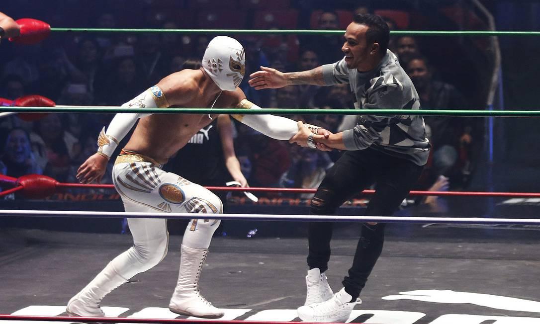 O piloto da Mercedes esteve na Arena Coliseu onde acontecem as lutas livres na capital mexicana e brincou com um dos lutadores no ringue HENRY ROMERO / REUTERS