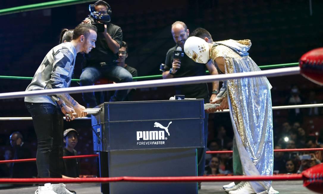 E não foi só isso. Hamilton também jogou totó com o lutador chamado 'Místico' no México HENRY ROMERO / REUTERS