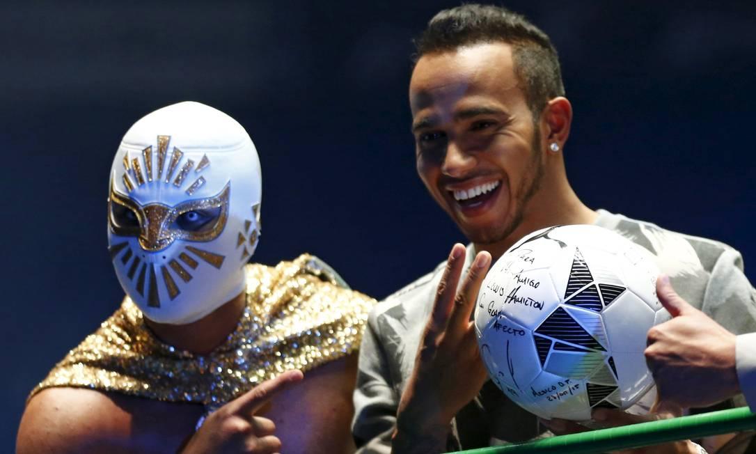 Hamilton ainda autografou uma bola de futebol e posou para fotos no ringue HENRY ROMERO / REUTERS