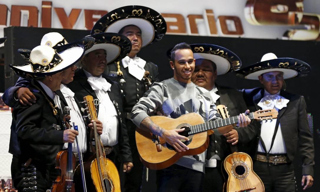 Mas é claro que a experiência não seria completa se o piloto não tivesse tocado violão com uma banda de mariachis HENRY ROMERO / REUTERS