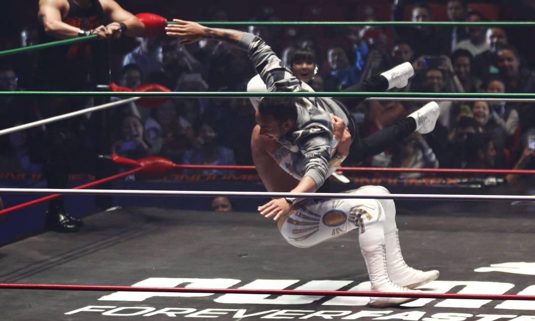Totalmente à vontade, o novo integrante do clube dos tricampeões mundiais ainda foi derrubado por um dos lutadores HENRY ROMERO / REUTERS