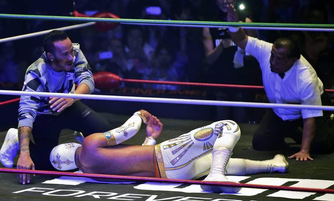 Hamilton ainda bancou o juiz fazendo a contagem diante de um lutador caído no ringue RONALDO SCHEMIDT / AFP