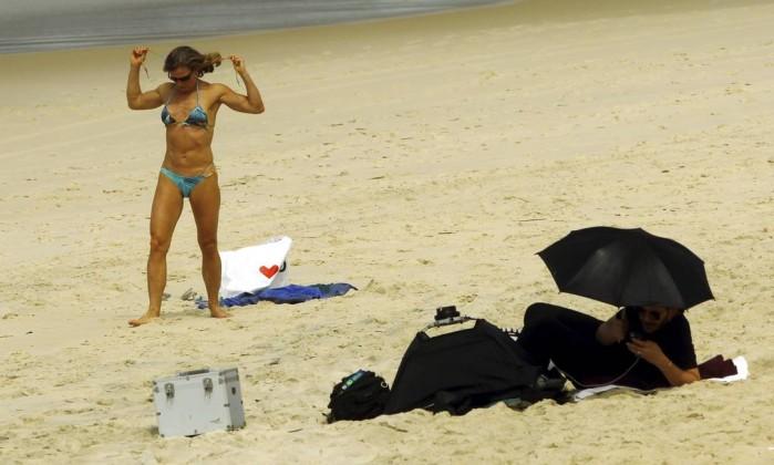 O guarda-chuva virou proteção contra os raios do sol Gabriel de Paiva / Agência O Globo