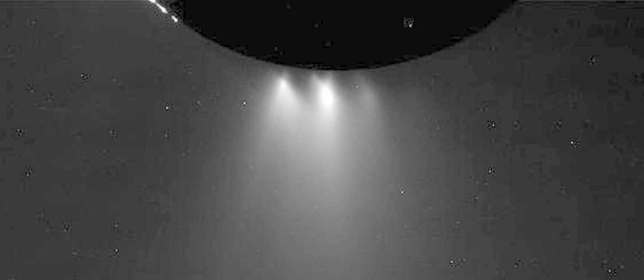 """Os gêiseres de vapor do Polo Sul de Encélado vistos iluminados pelo Sol durante a aproximação da sonda Cassini para seu """"mergulho"""": análises podem indicar potencial habitabilidade da lua de Saturno Foto: Nasa/JPL-Caltech"""