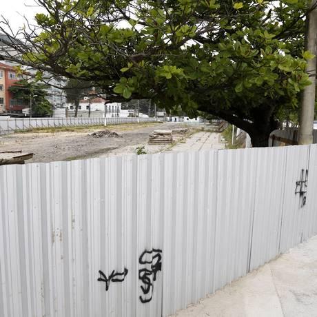 Transtornos. Tapumes da garagem subterrânea dão prejuízos ao comércio e facilitam os assaltos na orla de Charitas Foto: Fábio Rossi / Agência O Globo