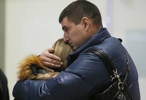 Parentes das vitimas choram ao pedir informações sobre o acidente de um avião russo da empresa Kogalymavia no aeroporto de Pulkovo, em São Petersburgo Foto: Dmitry Lovetsky / AP