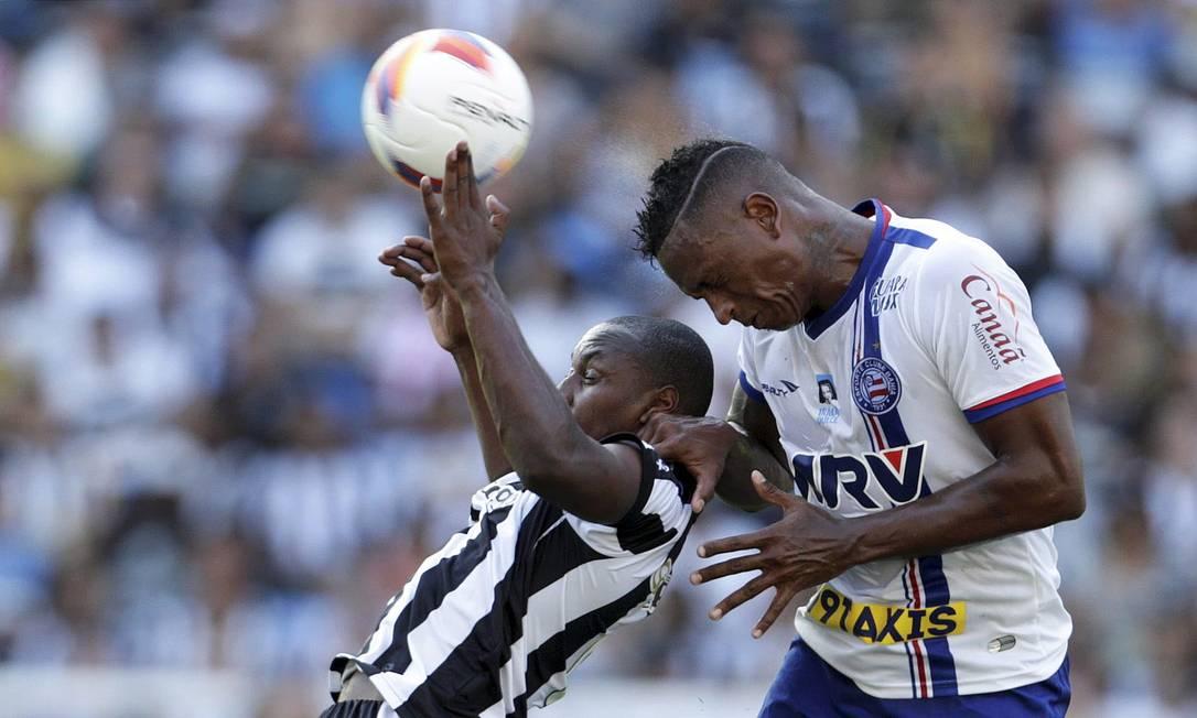 Sassá disputa a bola com um jogador do Bahia Marcelo Carnaval / Agência O Globo