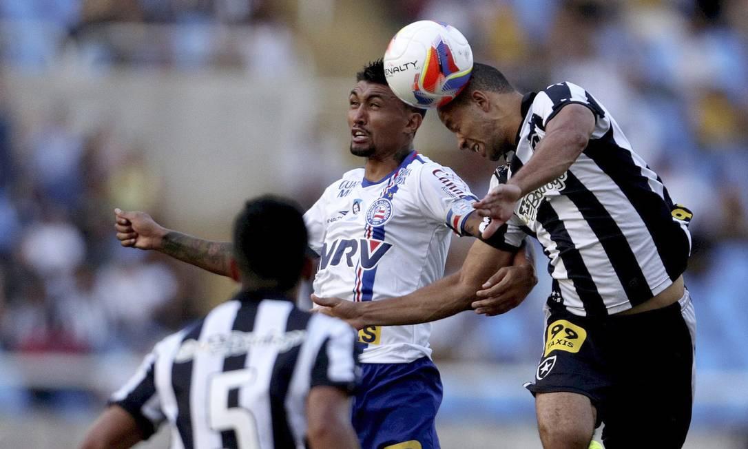 Roger Carvalho trava disputa aérea no Engenhão Marcelo Carnaval / Agência O Globo