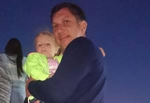 Pai posa com a filha de 3 anos nas escadas de avião que perdeu contato 23 minutos após decolagem em balneário Foto: Reprodução