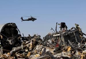 Helicóptero militar egípcio sobrevoa sobre destroços da aeronave russa que caiu na Península do Sinai Foto: MOHAMED ABD EL GHANY / REUTERS