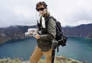 O franco-americano Benoit Duverneuil com o drone aquático que usou para fazer o primeiro mapeamento do leito do lago Quilotoa, nos Andes Equatorianos (ao fundo) Foto: Benoit Duverneuil/Arquivo pessoal