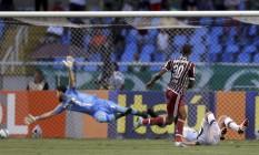 Gérson toca na saída de Martin Silva para fazer o gol da vitória tricolor Foto: Marcelo Carnaval
