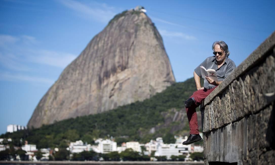 No futuro de Fausto Fawcett, violinos cheios de aplicativos são cravados no alto dos morros cariocas Foto: Guito Moreto / Agência O Globo
