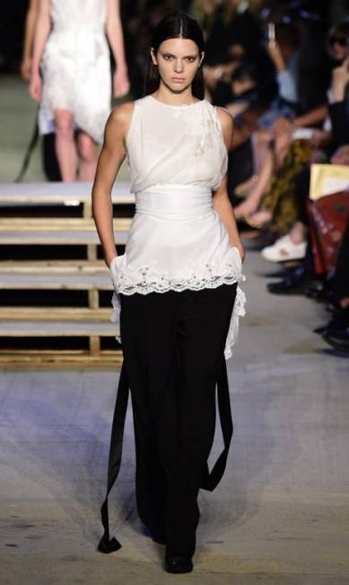 A jovem também é queridinha da Givenchy. Neste ano, a moça foi escolhida pelo estilista Riccardo Tisci para fazer parte do casting comemorativo de seus 20 anos de comando na maison Frazer Harrison / AFP