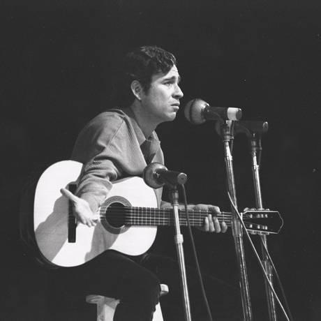 Geraldo Vandré, em 1968, no Festival Internacional da Canção Foto: Arquivo / O Globo