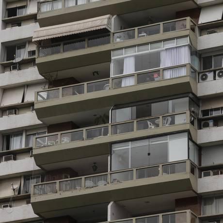 Condomínio na Barra da Tijuca com algumas varandas fechadas e outras abertas: prefeitura quer cobrar mais IPTU Foto: Alexandre Cassiano / Agência O Globo