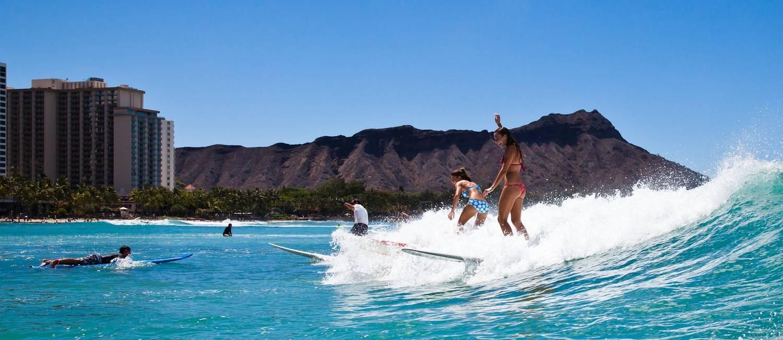 Aula de surfe em Waikiki, na ilha de Oahu, no Havaí Foto: Turismo do Havaí / Divulgação