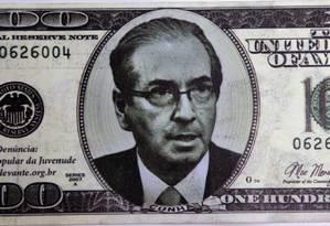 Nota falsa da moeda america jogada por manifestante no presidente da Câmara, Eduardo Cunha Foto: Jorge William / Agência O Globo