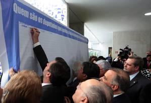 Painel para assinatura de deputados instalado pela oposição Foto: Givaldo Barbosa / Agência O Globo