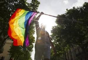 Militante participa de parada LGBT na França em junho deste ano Foto: Gonzalo Fuentes/Reuters