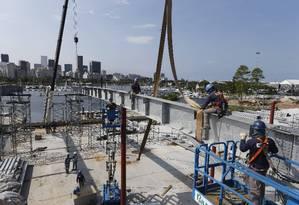 Operários trabalham na Marina da Glória: projeto prevê mais vagas para barcos Foto: Domingos Peixoto / Agência O Globo
