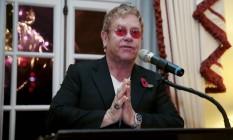 Elton John faz discurso na residência do embaixador americano em Londres, durante lançamento da fundação do cantor para combater a Aids Foto: SUZANNE PLUNKETT / REUTERS