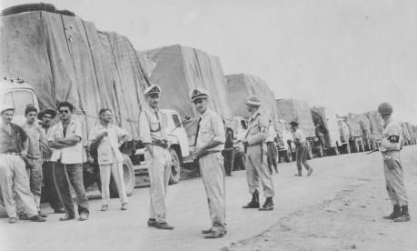 """Braços cruzados. Em 1959, greve dos """"motoristas rodoviários"""" interdita 18 km da rodovia Rio-Bahia, em Vitória da Conquista Foto: 05/04/1959 / Agência O Globo"""
