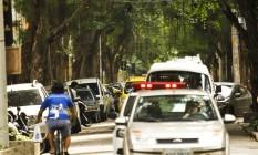 Árvores na Rua Dona Mariana impedem a iluminação adequada na via Foto: Guilherme Leporace/08-07-2015