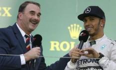 Nigel Mansell e Lewis Hamilton conversam em evento. Mansell aposta no tricampeão para superar Schumacher Foto: Divulgação