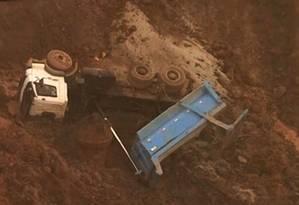 Caminhão fica atolado em meio a lama que invadiu o distrito de Bento Rodrigues Foto: Reprodução de TV