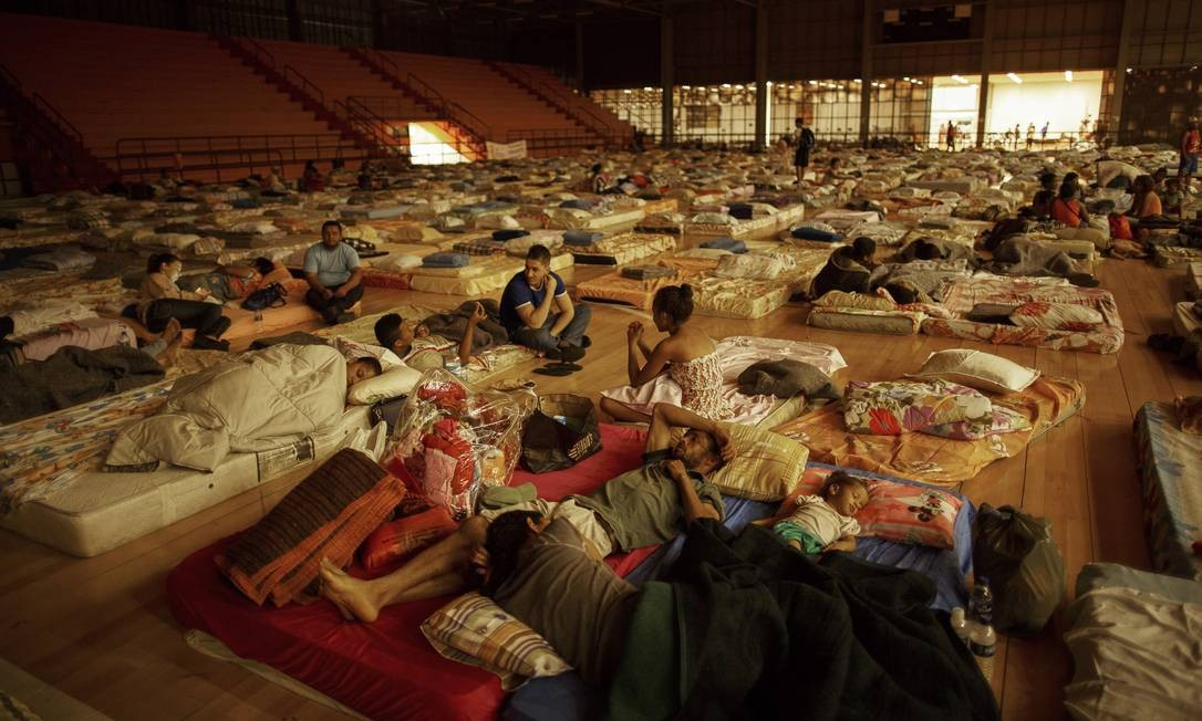 Vítimas da tragédia estão provisoriamente em um ginásio da cidade de Mariana, a Arena Mariana. Foto: Daniel Marenco / O Globo