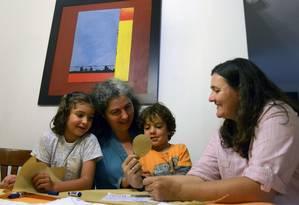 Ana Elisa Leiderman (esquerda) e Veronica Botero posam com os filhos Raquel e Ari, ambos concebidos por inseminação artificial, em Medellin, na Colômbia Foto: AFP/ RAUL ARBOLEDA/ 26-08-2014