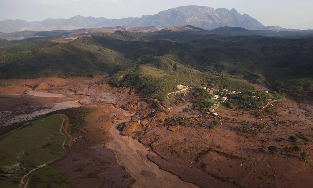 Imagem aérea mostra a destruição provocada pelo rompimento de duas barrages com rejeitos de mineração no distrito de Bento Rodrigues, em Mariana Foto: Felipe Dana / AP