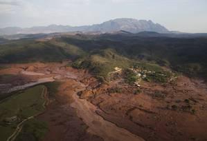 Imagem aérea mostra a destruição provocada pelo rompimento de duas barragens com rejeitos de mineração no município de Bento Rodrigues, em Mariana Foto: Felipe Dana / AP