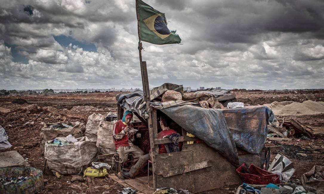 Lixão da Estrutural fica a apenas 15 quilômetros do Palácio do Planalto Foto: André Coelho / Agência O Globo