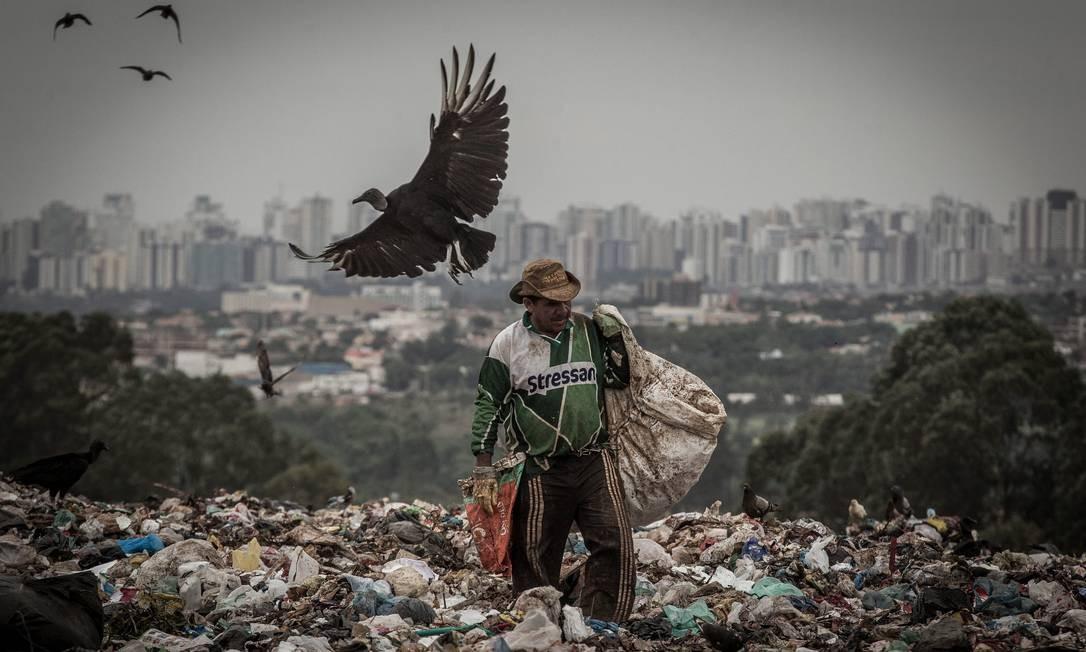 Aterro se estende por área de 200 hectares Foto: André Coelho / Agência O Globo