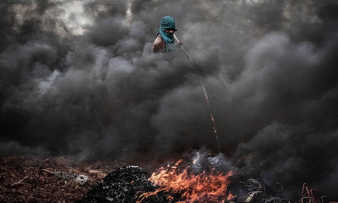 No local, são comuns os relatos de mutilações, atropelamentos e soterramentos por toneladas de lixo Foto: André Coelho / Agência O Globo