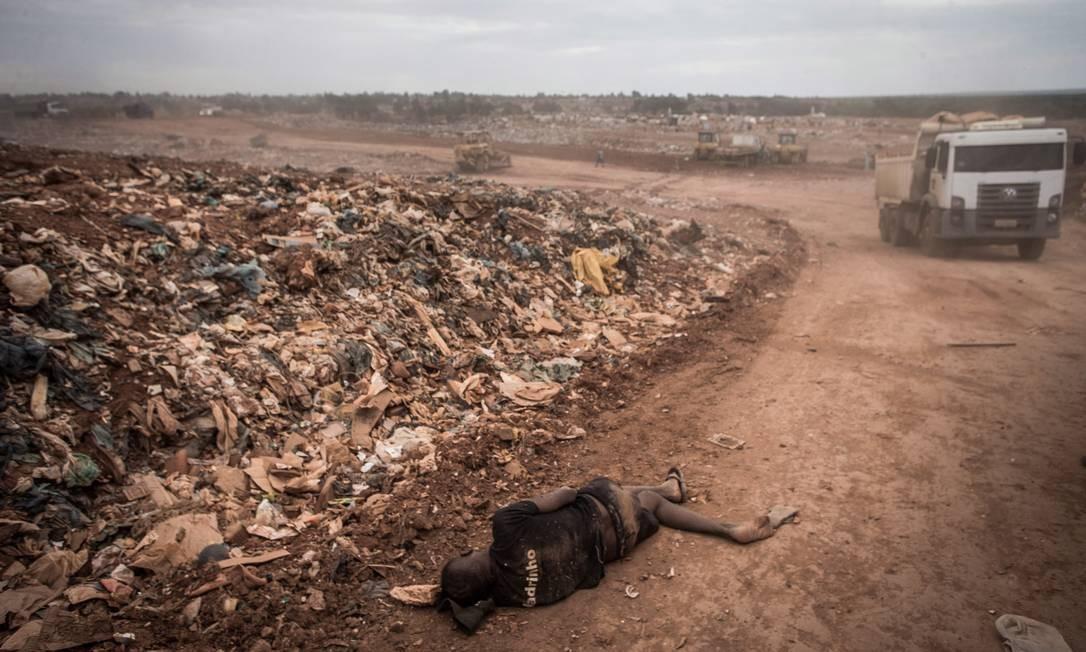 Quase 3 mil toneladas são retiradas do lixão diarimante por catadores Foto: André Coelho / Agência O Globo