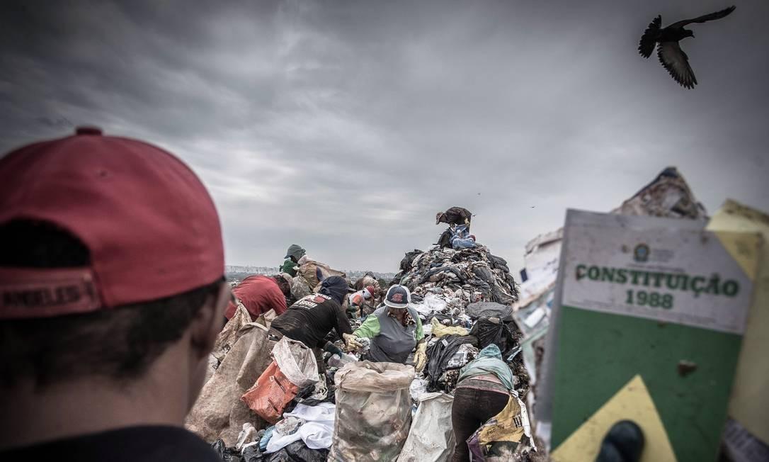Prazo estipulado o fim dos lixões em todo o país venceu em agosto de 2014 Foto: André Coelho / Agência O Globo