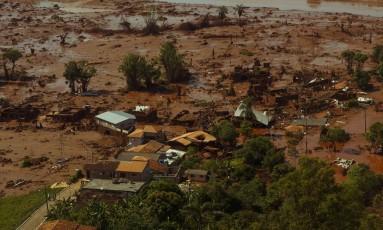 Distrito de Bento Rodrigues, em Mariana (MG), depois do rompimento das barragens Foto: Daniel Marenco / Agência O Globo