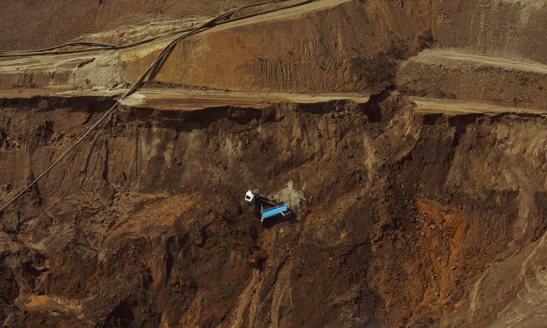 Caminhão arrastado fica pendurado em um barranco no local do desastre Foto: Daniel Marenco / Agência O Globo
