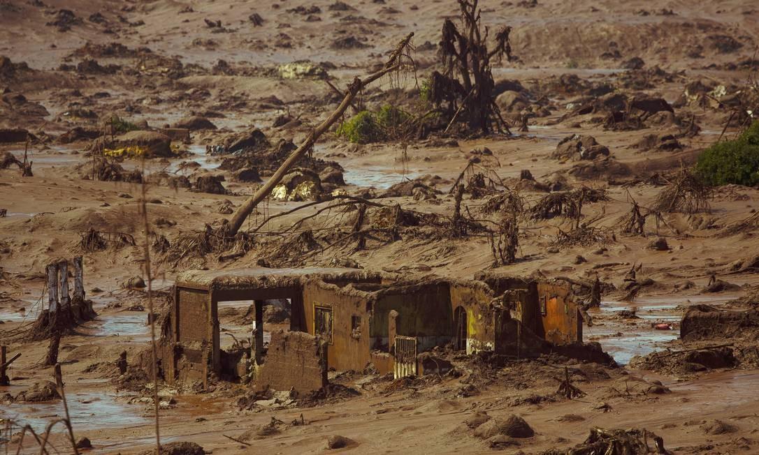 Detalhe de uma casa totalmente destruída no distrito de Bento Rodrigues, em Mariana Foto: Daniel Marenco / Agência O Globo