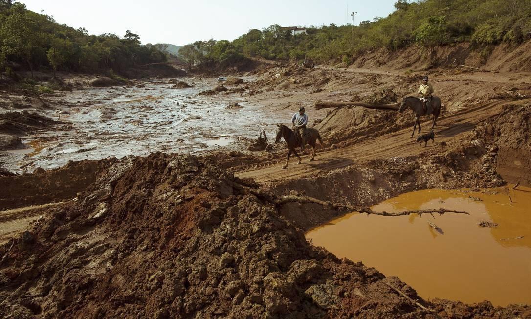 Moradores da região ajudam nas buscas por sobreviventes Foto: Daniel Marenco / Agência O Globo