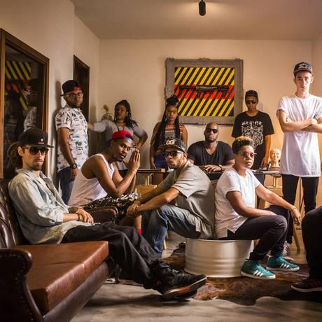 Artistas e produtores da Duto, com Marcello Dughettu ao centro Foto: Fabio Seixo