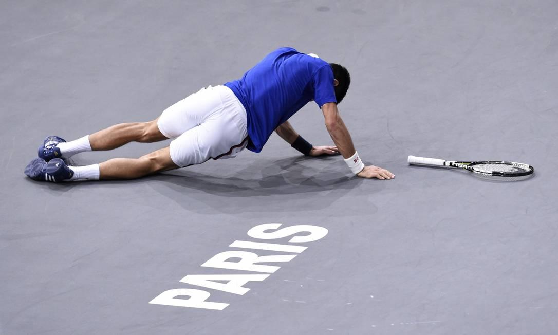 O sérvio Novak Djokovic escorrega durante a partida das quartas de final MIGUEL MEDINA / AFP